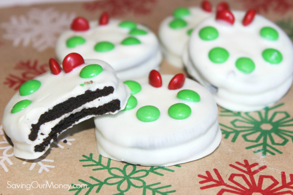Simple holiday treat: White chocolate covered oreos with wreath design